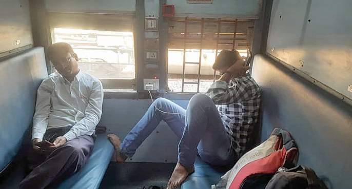 No masks, no physical distance in reserved railway | स्टेशनवर नियमांची अंमलबजावणी, गाडीमध्ये बेफिकिरी