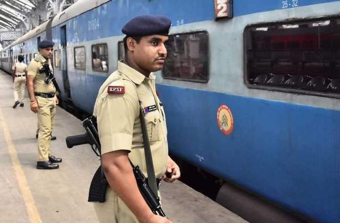 Police patrol in a running train at night for the safety of passengers | प्रवाशांच्या सुरक्षेसाठी आता रात्रीच्यावेळी धावणाऱ्या रेल्वे गाड्यात बंदुकधारी पोलीसांकडून गस्त