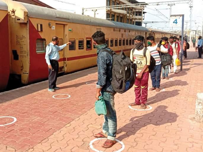 Railways take action against those who do not use masks | मास्क न वापरणाऱ्यांवर रेल्वेकडून कारवाई सुरू