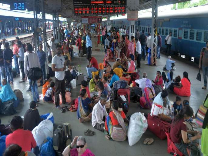 Canceled on Nashik Road in Mumbai; Passengers' journey is lost   मुंबईकडे जाणाऱ्या रेल्वे नाशिकरोडवरून रद्द; प्रवाशांचा प्रवास खोळंबला