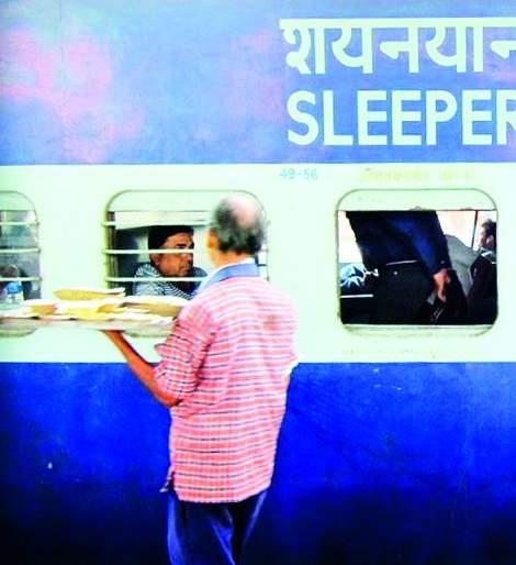 Arrest of vendors selling food at Nagpur Railway area | नागपुरात रेल्वे परिसरात खाद्यपदार्थ विकणाऱ्या व्हेंडर्सची धरपकड