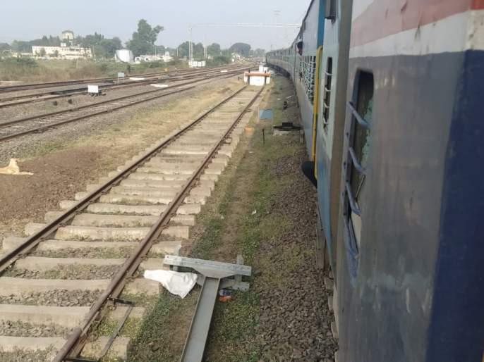 The Koyna Express is only a few days till Pune   कोल्हापूर ते मुंबई प्रवास करणाऱ्यांना विविध अडचणी-- लोहमार्गावर तांत्रिक बिघाड