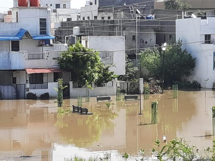 'Home on the Island'; Houses in Satara area locked down due to rain water | 'बेटावर घर'; पावसाच्या पाण्यामुळे सातारा परिसरातील घरे लॉकडाऊन