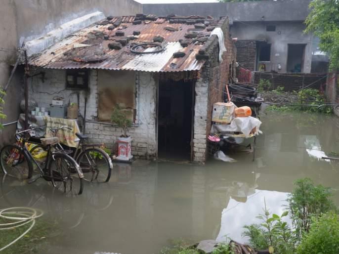 Due to torrential rains in Nagpur, the localities was flooded and the youth was swept away in the Nala | नागपुरात मुसळधार पावसामुळे वस्त्या जलमय, युवक नाल्यात वाहून गेला