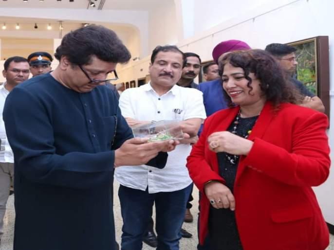 Raj Thackeray visit Mahalaxmi Wankhedkar's tiny paper art exhibition | महालक्ष्मी वानखेडकर यांच्या टायनी पेपर आर्टचे राज ठाकरेंनी केले कौतुक