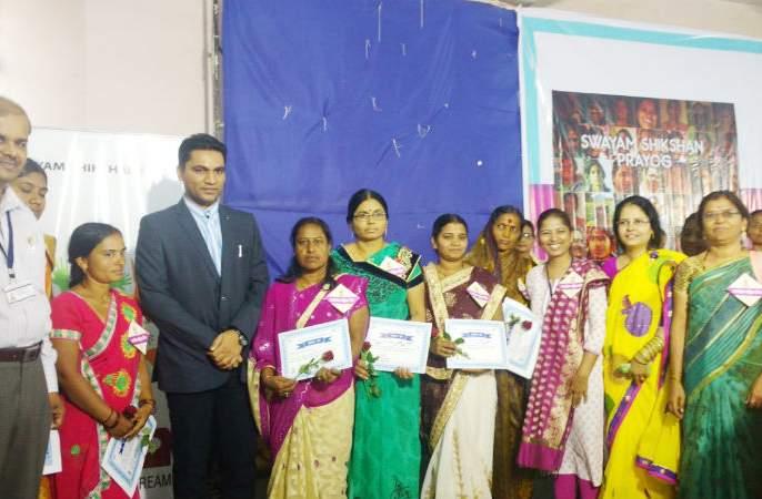 Women need to increase family interaction, Rajendra Bharud's rendering | महिलांनी कौटुंबिक संवाद वाढविण्याची गरज, राजेंद्र भारूड यांचे प्रतिपादन