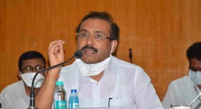 bjp leader criticize health minister rajesh tope and demands his resignation corona virus vaccination program in maharashtra   राज्यात लसीकरण मोहिमेचा फज्जा उडाल्याबद्दल आरोग्यमंत्र्यांनी राजीनामा द्यावा; भाजप नेत्याची मागणी
