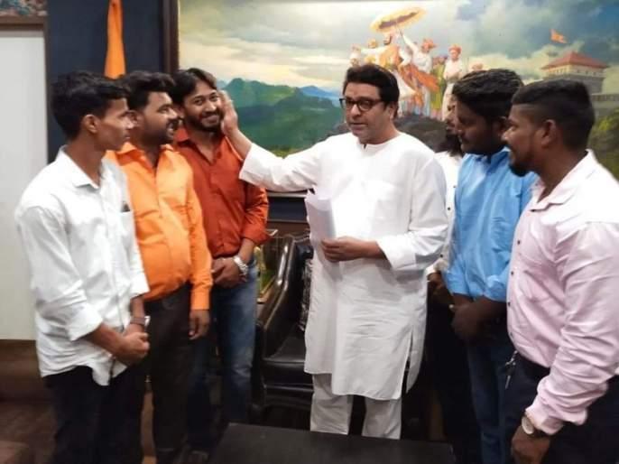Raj Thackeray turned the hand of love on the same cheek on which the police beat the Mansainiks! | मनसैनिकांना पोलिसांनी ज्या गालावर मारलं, त्याच गालावर राज ठाकरेंनी फिरवला प्रेमाचा हात!