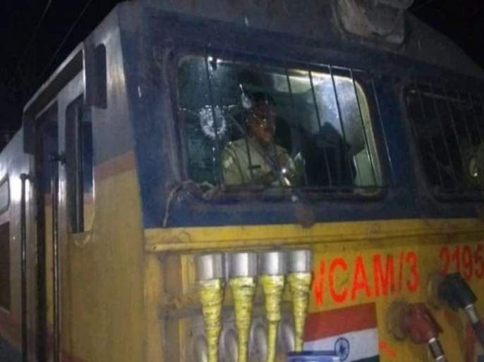 motorman injured in stone throwing on rajya rani express | धावत्या राज्यराणी एक्स्प्रेसवर अज्ञाताने दगड भिरकावला, मोटरमन जखमी