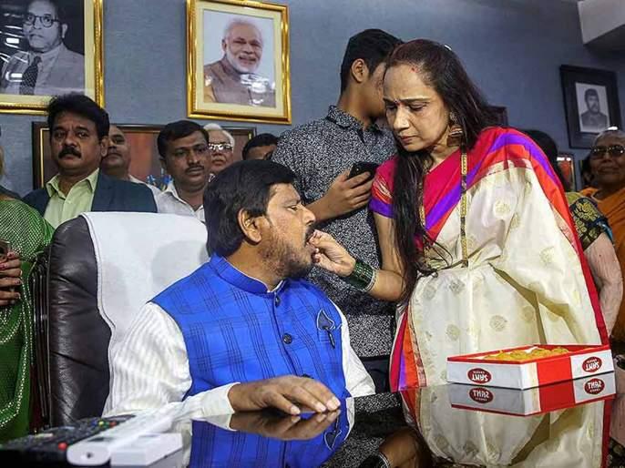Seema Athawale will give challenge to suman patil in tasgaon | तासगावात आर.आर.आबांच्या पत्नीला आव्हान देण्यासाठी मिसेस आठवले रिंगणात