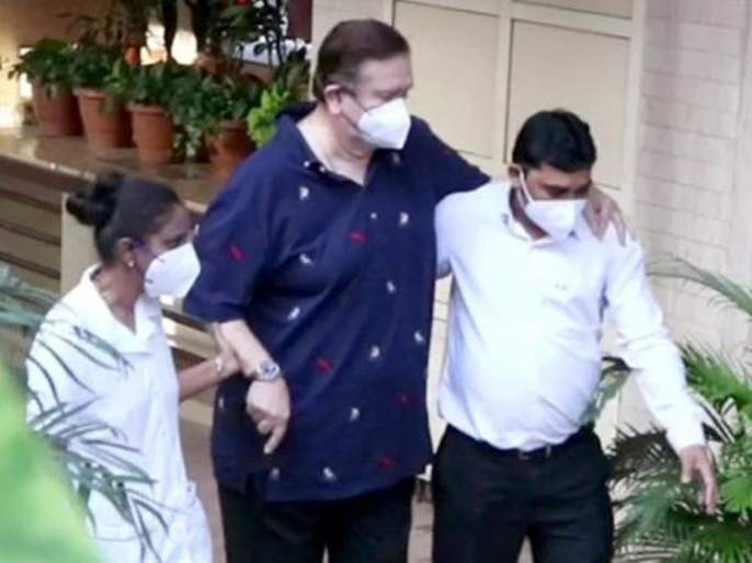 Randhir Kapoor attend Babita's birthday bash at Kareena's home | रणधीर कपूर यांची अवस्था झालीय वाईट, आधाराशिवाय चालणे देखील होतंय कठीण