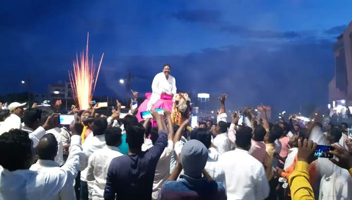 Sangolites removed Ranjeet Singh Naik-Nimbalkar's procession from camel   सांगोलेवासीयांनी काढली रणजितसिंह नाईक-निंबाळकर उंटावरून मिरवणूक