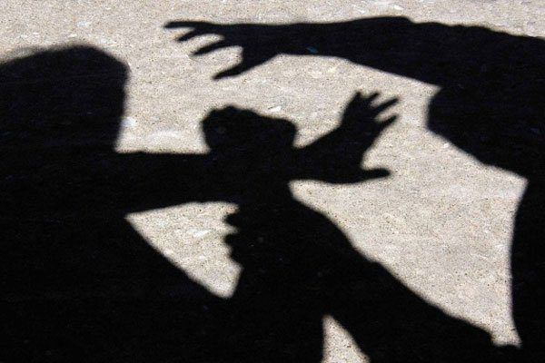 Fugitive who raped a young woman: 7.5 lakh was grabbed   तरुणीवर अत्याचार करणारा फरार : साडेसात लाख हडपले