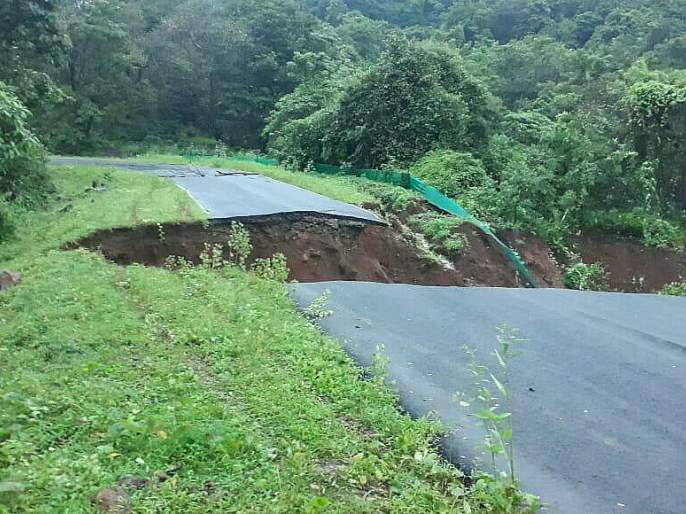 Exit road on Mumbai-Goa highway   मुंबई-गोवा महामार्गाचा पर्यायी रस्त्याला भगदाड
