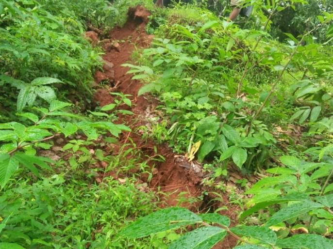 Bhaggaon - Mount Kosabi collapses | भातगाव-कोसबी येथे डोंगर खचला, पाच ते सहा फूट जमिनीला भेगा