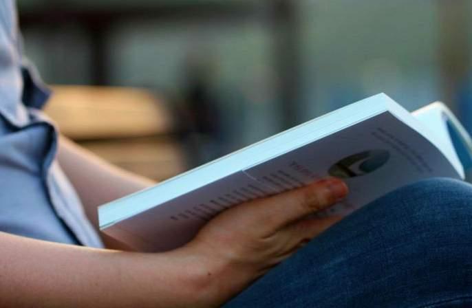There is time but no books! | आहे निवांत वेळ तरी 'अमृताचा ठेवा' नाही!