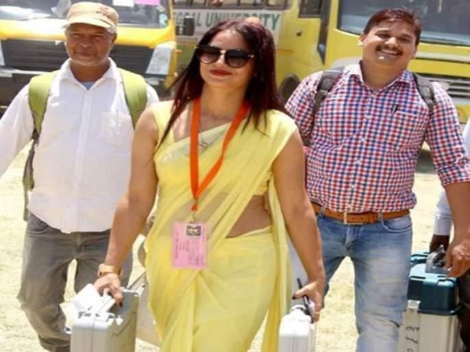 Employee celebrity; The photos of the woman carrying EVMs | कर्मचारी बनली सेलिब्रिटी; ईव्हीएम घेऊन जाणाऱ्या महिलेच्या फोटोंना दाद