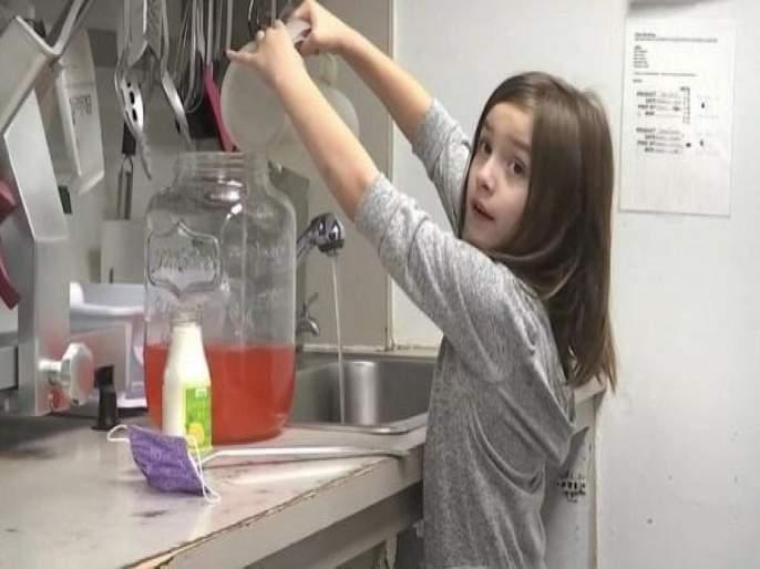 7 yeard old Liza Scott selling lemonade to fund her brain surgery | हिंमतीला सलाम! ७ वर्षांची मुलगी लिंबू पाणी विकून स्वत:च्या सर्जरीसाठी जमा करतेय पैसे!