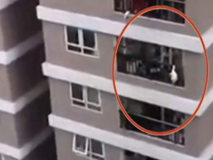 Two year old girl survives fall 12th storey building balcony vietnam delivery driver catches her | VIDEO : सुपरहिरो! १२ व्या मजल्यावरून खाली पडली २ वर्षांची मुलगी, डिलीवरी बॉयने केलं तिला कॅच