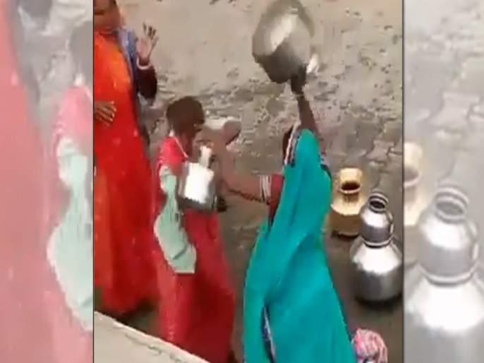 Viral Video : Women gagari fight in a round of water then dragged them by holding hair | पाण्यावरून दोन महिलांमध्ये झालं कडाक्याचं भांडण, व्हिडीओ झाला व्हायरल!