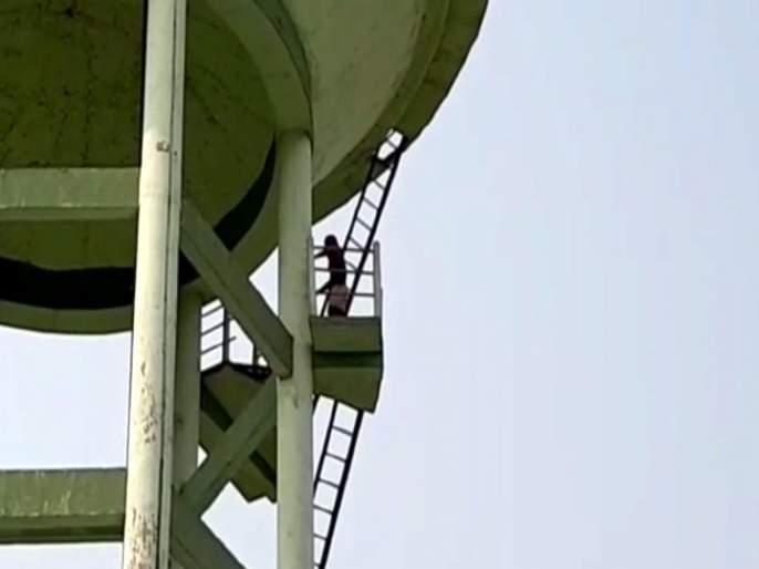 Sholay movie scene enacted lover climbed up a water tank for marriage | गाववालों! 'लग्न करून द्या, नाही तर जीव देतो', १२ तास पाण्याच्या टाकीवर 'शोले'तील वीरू बनला तरूण!