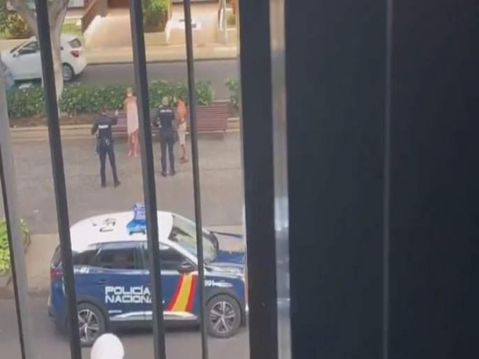 Police in Tenerife bust naked couple bonking in front of a SCHOOL in broad daylight   निर्लज्जपणाचा कळस! स्पेनमध्ये शाळेसमोरील बेंचवर Intimate झालं कपल, मुलांनी त्यांचा व्हिडीओ केला व्हायरल