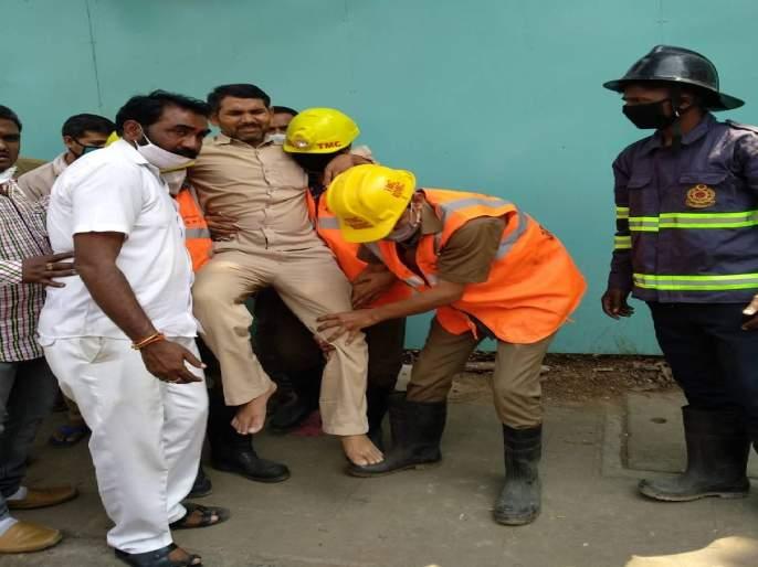 In Thane, a tree fell down on a rickshaw, injuring the driver and crush the rickshaw | ठाण्यात रिक्षावर झाड पडून रिक्षाचालक जखमीतररिक्षाचा झाला चेंदामेंदा
