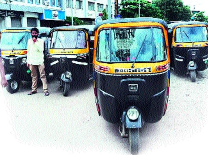 Rs 7,000 per month for rickshaw pullers who earn Rs 10,000 per year   वर्षाकाठी दहा हजारांचा महसूल देणाºया रिक्षावाल्यांना हवीय दरमहा सात हजारांची मदत
