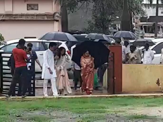 Maharashtra Election 2019: Ritesh- Genelia duo 'Lay Bhari'; The right to vote in the rain | रितेश- जेनेलियाची जोडी 'लय भारी'; भर पावसात येऊन बजावला मतदानाचा हक्क