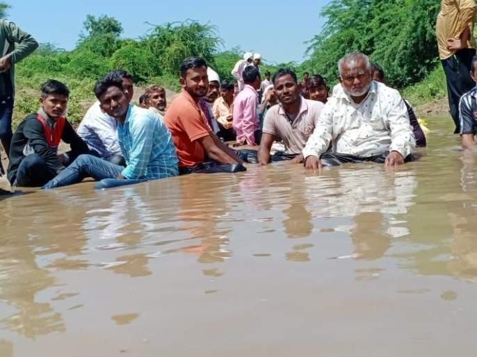 Villagers sit in the river basin and go on a hunger strike | नदीपात्रात बसून ग्रामस्थांचे अन्नत्याग आंदोलन