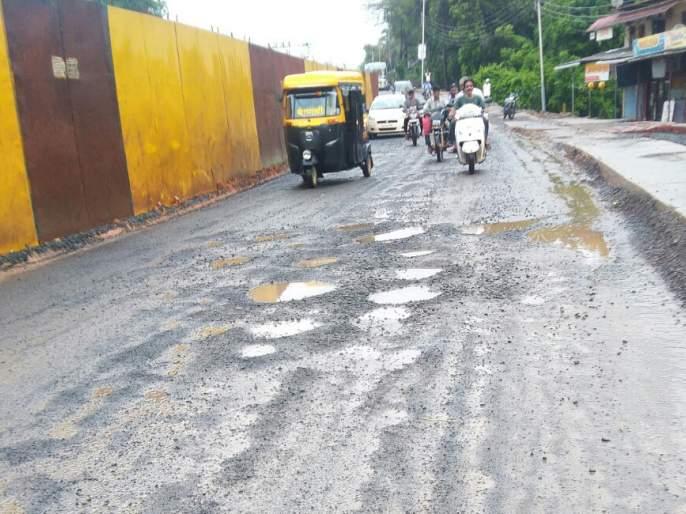 Kankavalli potholes on the highway crippled!   कणकवलीत महामार्गावरील खड्ड्यांमुळे नागरीक त्रस्त !