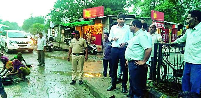 Continue filling pits day and night! Directive by Municipal Commissioner Abhijit Bangar | खड्डे बुजविण्याचे काम दिवसरात्र सुरू ठेवा! मनपा आयुक्त अभिजित बांगर यांचे निर्देश