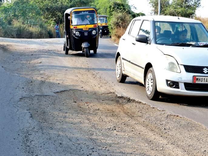 Despite the rains, the roads in the district remained unchanged   पावसाळा उलटूनही जिल्ह्यातील रस्त्यांची दुरवस्था कायमच