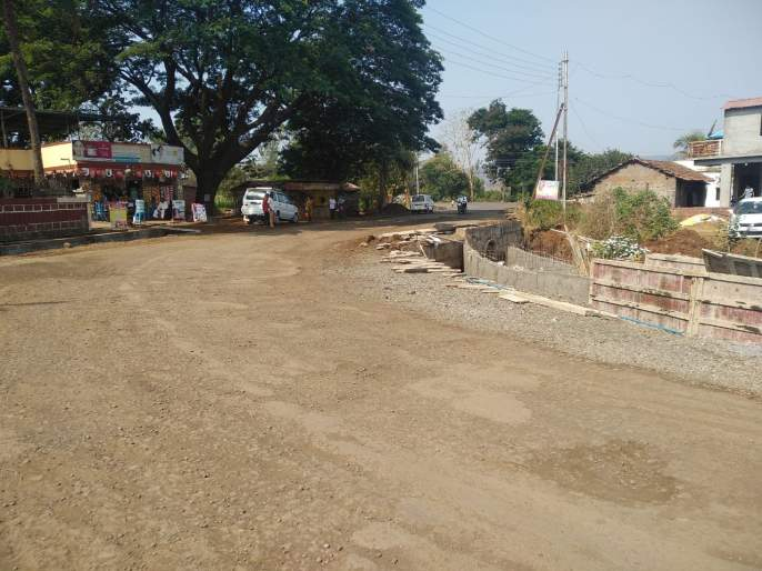 Lokmat Effect - Work started to reduce sharp turns near Chincholi bus stand   लोकमत इफेक्ट -चिंचोली बसस्थानकाजवळील तीव्र वळण कमी करण्याचे काम सुरु