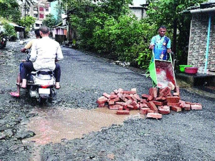 The potholes on the Nerul-Khanda route were filled with self-purchase | नेरळ-खांडा मार्गावरील खड्डे स्वखर्चाने भरले