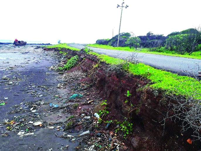 Due to excessive rainfall due to excessive rainfalls - Aadangaon road | अतिवृष्टीमुळे खचतोय वेळास-आदगाव रस्ता
