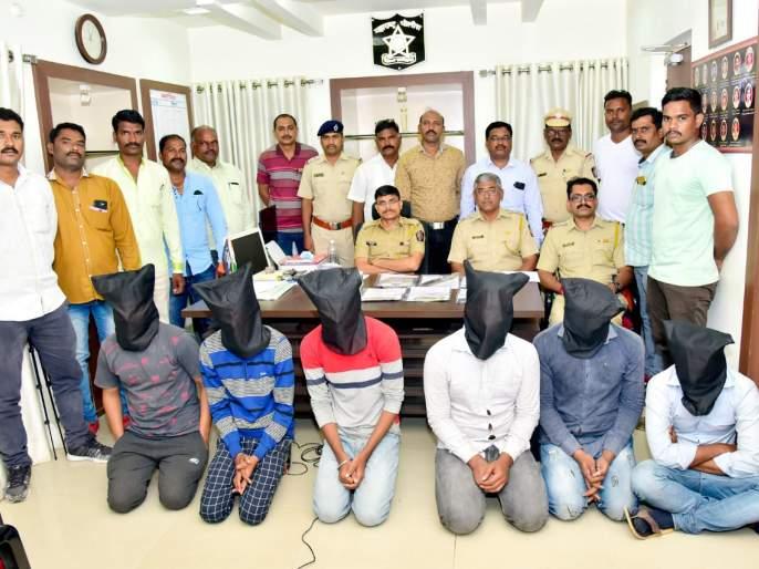 Three lacks robbery by fake accident, four arrested in Aurangabad | अपघाताचा बहाणा करून व्यापाऱ्याचे तीन लाख लुटले, चौघे अटकेत