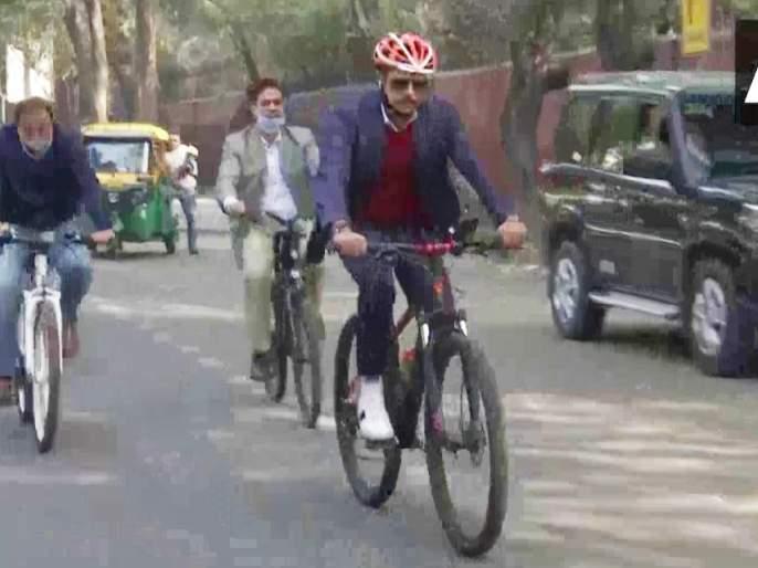 robert vadra rides bicycle to his office in protest against the rising fuel prices | Robert Vadra : इंधनदरवाढीला विरोध; रॉबर्ट वाड्रा यांनी सायकलवरून गाठले ऑफीस, मोदी सरकारवर निशाणा