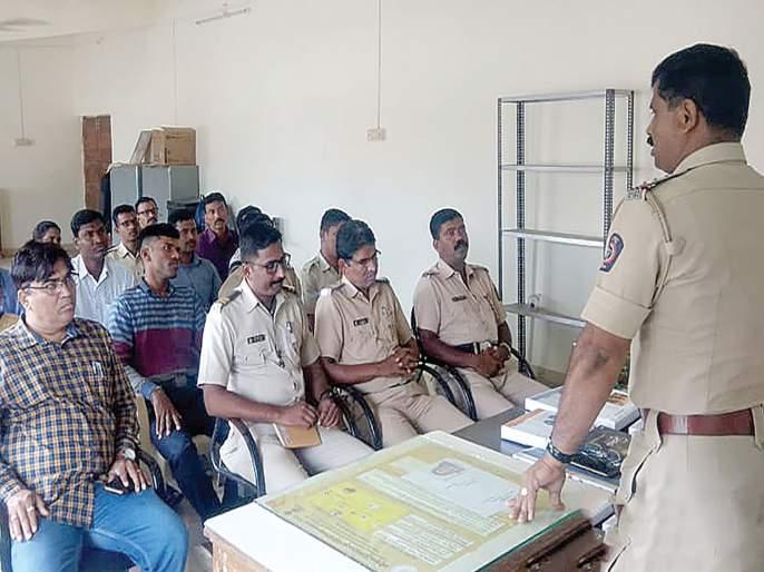 Police psychology lessons held by police personnel in Roh | रोह्यात पोलीस कर्मचाऱ्यांनी गिरवले मानसशास्त्राचे धडे