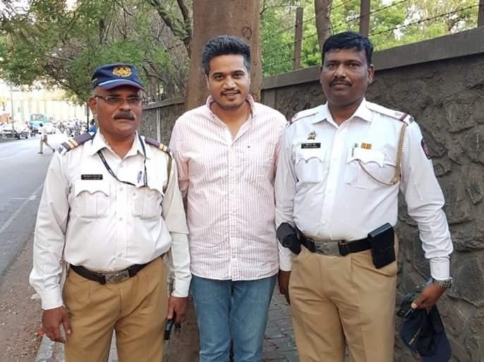 ...when traffic police charge fine to rohit pawar car | ...जेव्हा वाहतूक पाेलीस राेहीत पवारांच्या गाडीला अडवून दंड आकारतात