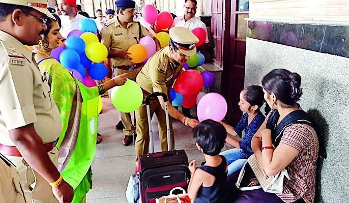 RPF celebrates with Diwali Diwali | आरपीएफने प्रवाशांसोबत साजरी केली दिवाळी