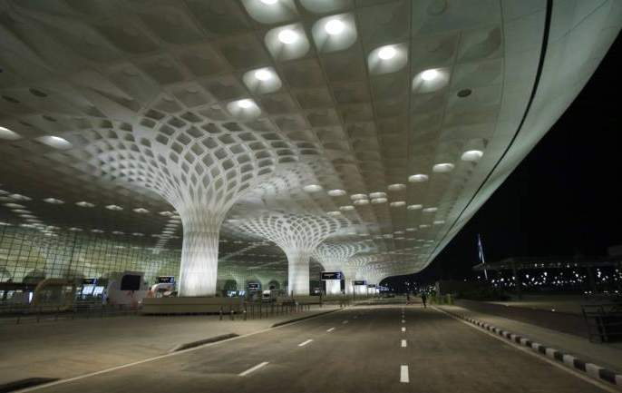 Shocking ... The youth commits suicide by jumping over the Mumbai airport building | धक्कादायक... मुंबई विमानतळाच्या इमारतीवरून उडी मारत तरुणाची आत्महत्या