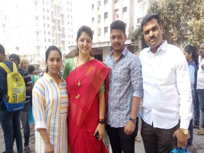 Rupali Chakankar on examination center for gave best wishes to student   राष्ट्रवादी काँग्रेस पक्षाच्या व्यस्त कामातून वेळ काढत शुभेच्छा देण्यासाठी 'आई ' परीक्षा केंद्रात