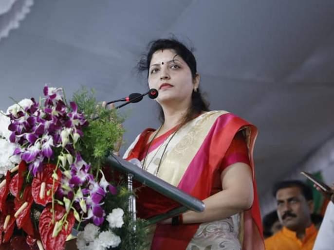 ncp rupali chakankar meeting in jalgaon | पुढच्या निवडणुकीत दगड दिला तरी निवडून आणा, चाकणकरांचं कार्यकर्त्यांना आवाहन