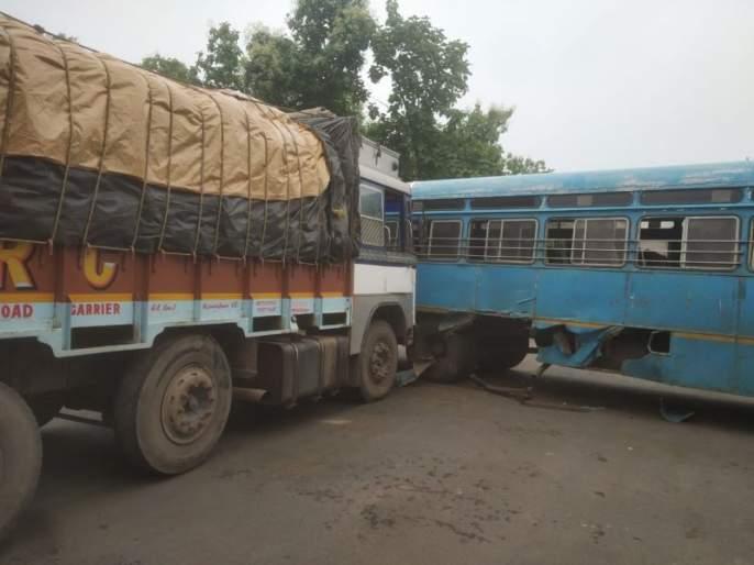 Truck hits ST bus in Gadchiroli; No casualty   गडचिरोलीत ट्रकची एसटी बसला धडक; जिवीतहानी नाही