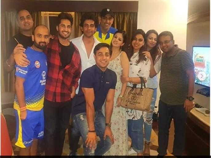 IPL 2019: Sunil Grover make joke on MS Dhoni and sakshi laugh, Video Viral | IPL 2019 : धोनीवर सुनील ग्रोवरने केलेला जोक ऐकून साक्षी खो-खो हसली, व्हिडीओ वायरल