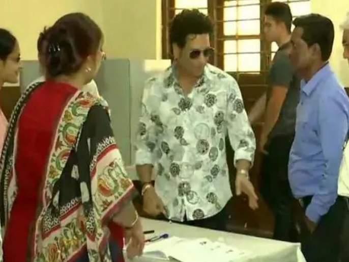 maharashtra election 2019 sachin tendulkar signed a ball at bandra polling booth   महाराष्ट्र निवडणूक २०१९: क्रिकेटवेड्या पोलिंग ऑफिसरची कमाल, सचिन तेंडुलकरला पाहून काढला सीझन बॉल!