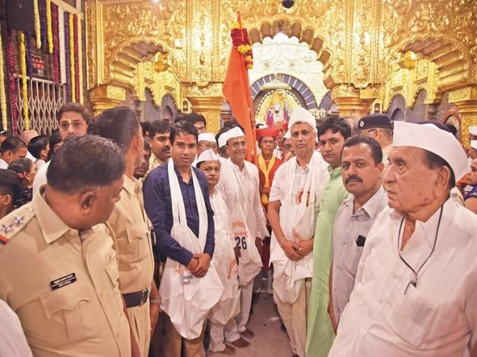 Sai Baba procession from golden chariot on the occasion of death | पुण्यतिथीनिमित्तसाईबाबांची सुवर्ण रथातून मिरवणूक