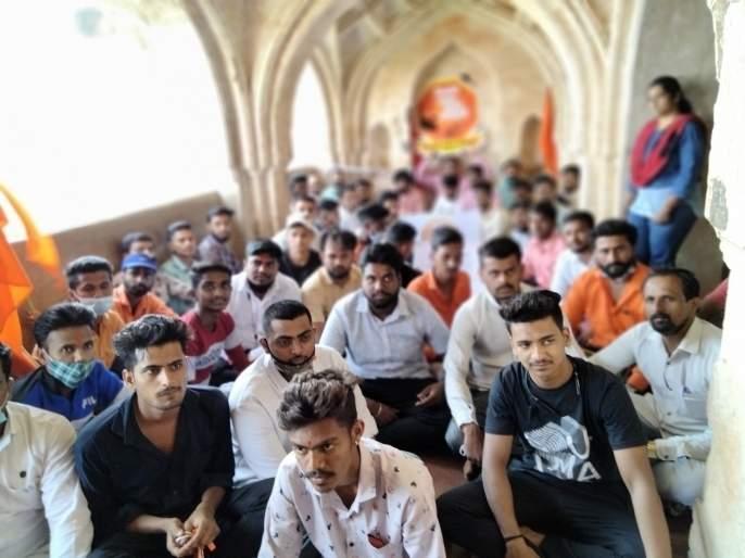 Mavals of Shivdurg Sanvardhan locked up Sajjakothi in Panhala | जगदंबा तलवारीसाठी पन्हाळगडावर शिवदुर्ग संवर्धनच्या कार्यकर्त्यांचे आंदोलन