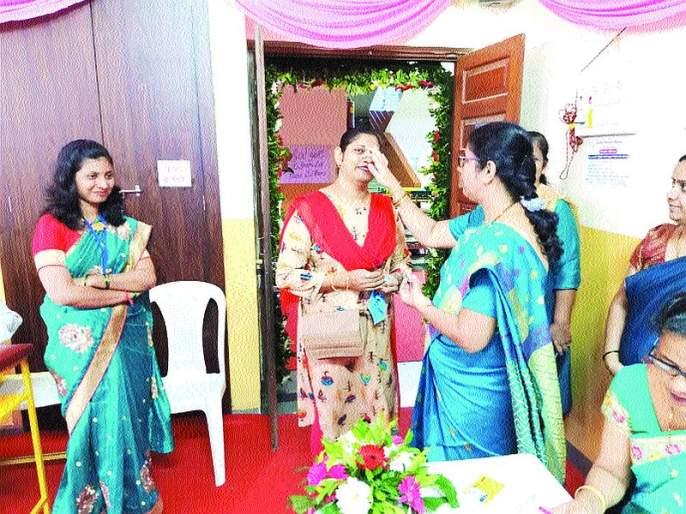 Maharashtra Election 2019: Attractive 'Sakhi Booth' in the vicinity of the Natrodem School in Vasai   Maharashtra Election 2019: वसईतील नेट्रोडेम शाळेच्या परिसरात आकर्षक 'सखी बूथ'
